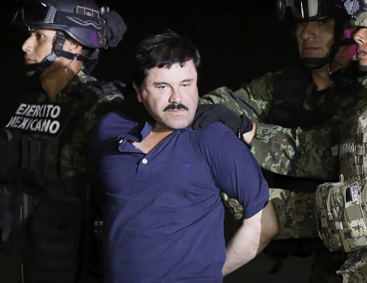 Huumekuningas El Chapo oliisin otteissa, Katsoo kohti kameraa.