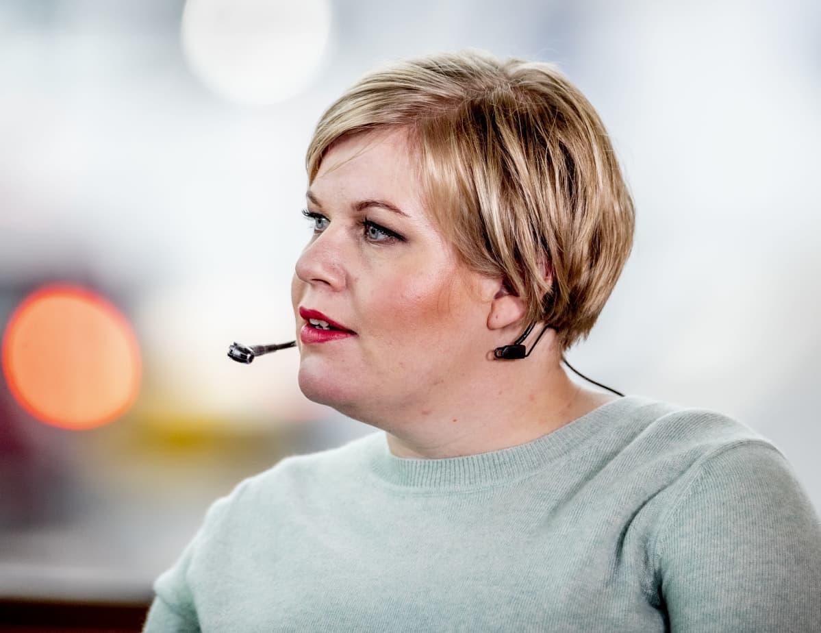 Annika Saarikko (kesk.).