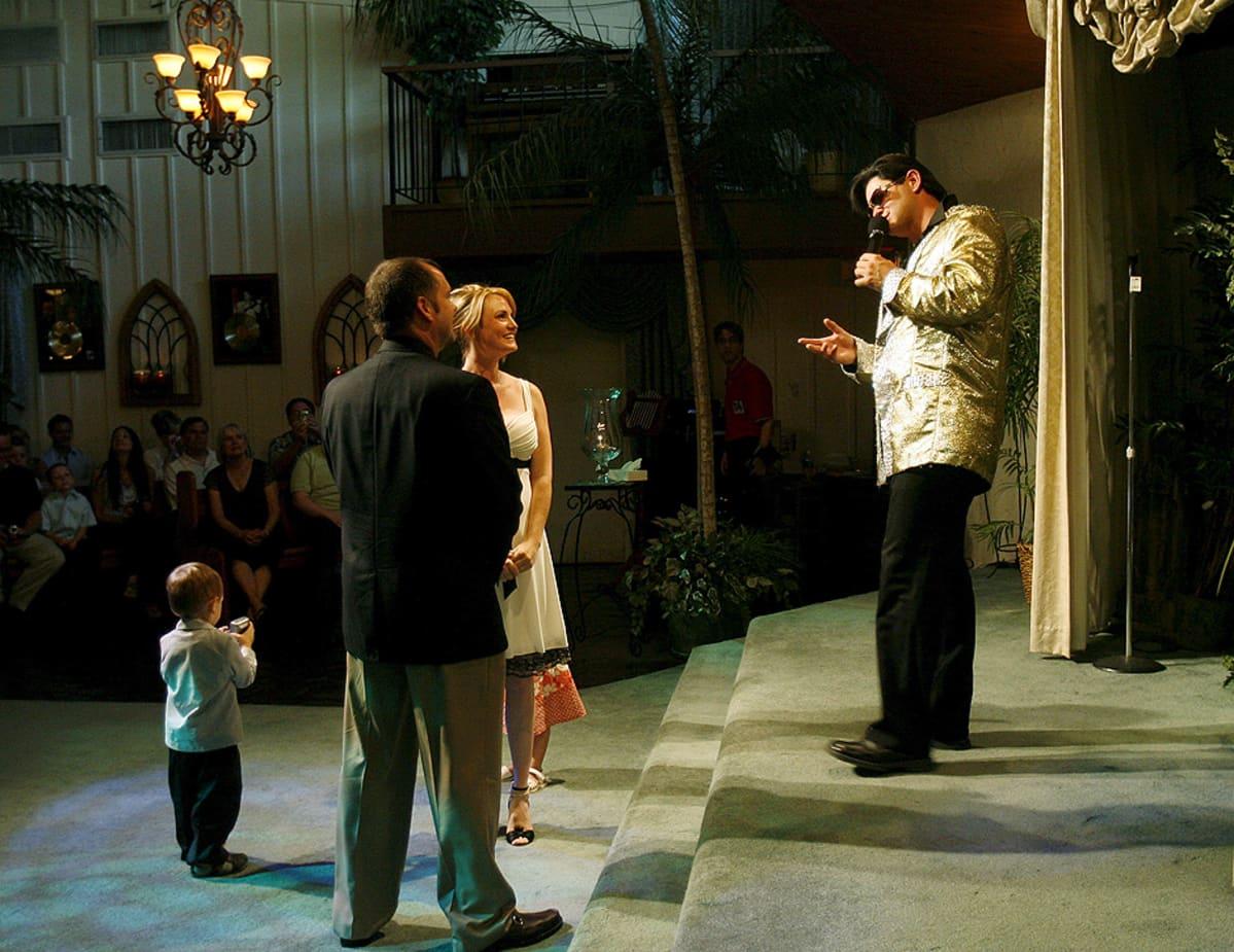 Elvis-imitaattori vihkii pariskunnan Viva Las Vegas -kappelissa Las Vegasissa