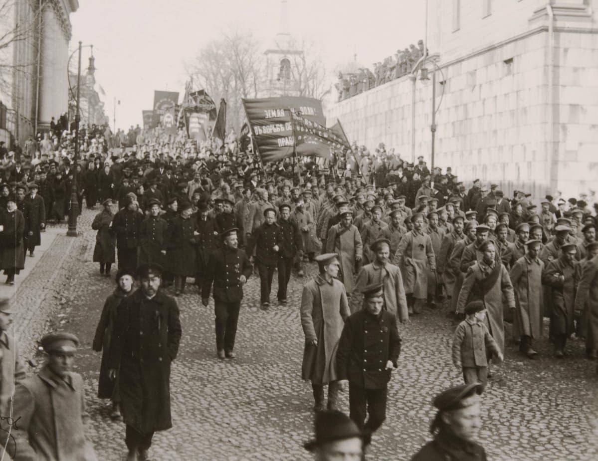 Kahdenksantuntisen työpäivän puolesta järjestetty mielenosoitus Helsigissä.