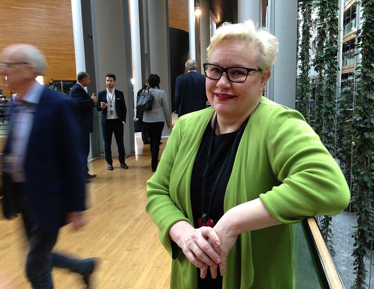 europarlamentaarikko Sirpa Pietikäinen Strasbourgissa. Europarlamentaarikko Sirpa Pietikäinen on pitkään ajanut kemiallisten haitta-aineiden raja-arvoja EU-lainsäädäntöön.