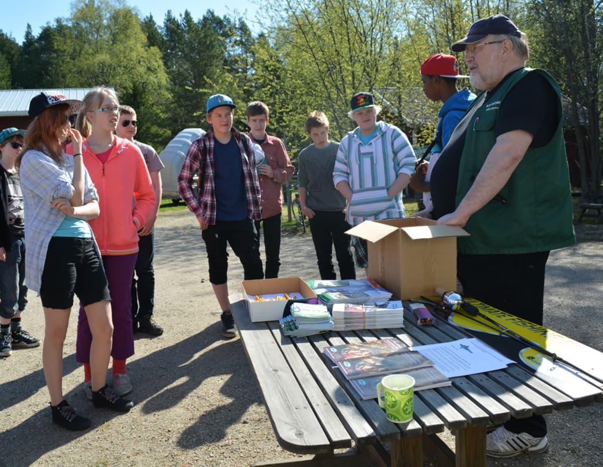 Veijo Lipponen opastaa koululaisia kalapolun aloituksessa.