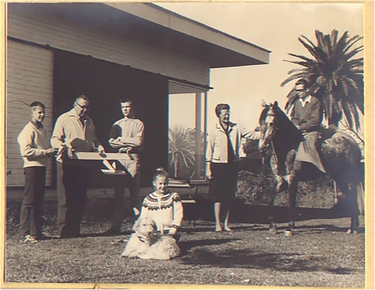 Hallamaiden perhe kotinsa pihassa Churrianassa vuonna 1962