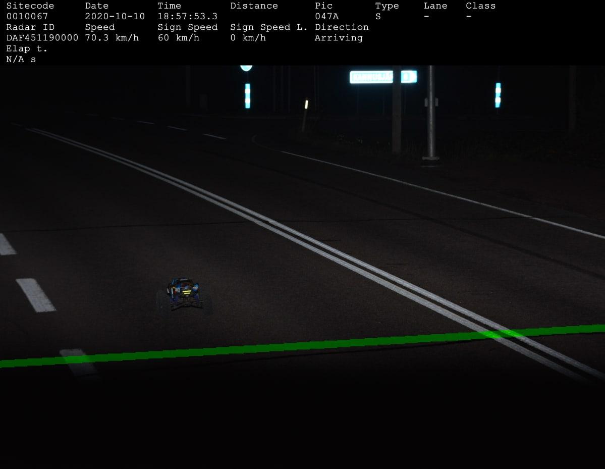 Radio-ohjattava auto poliisin peltipoliisikameran kuvassa valtatiellä