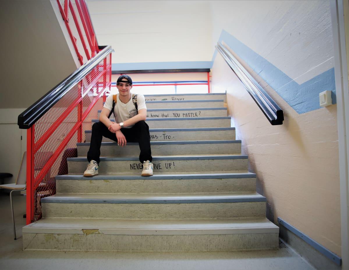 Seinäjokelainen Vili Peräaho istuu Seinäjoen Yhteiskoulun portailla.
