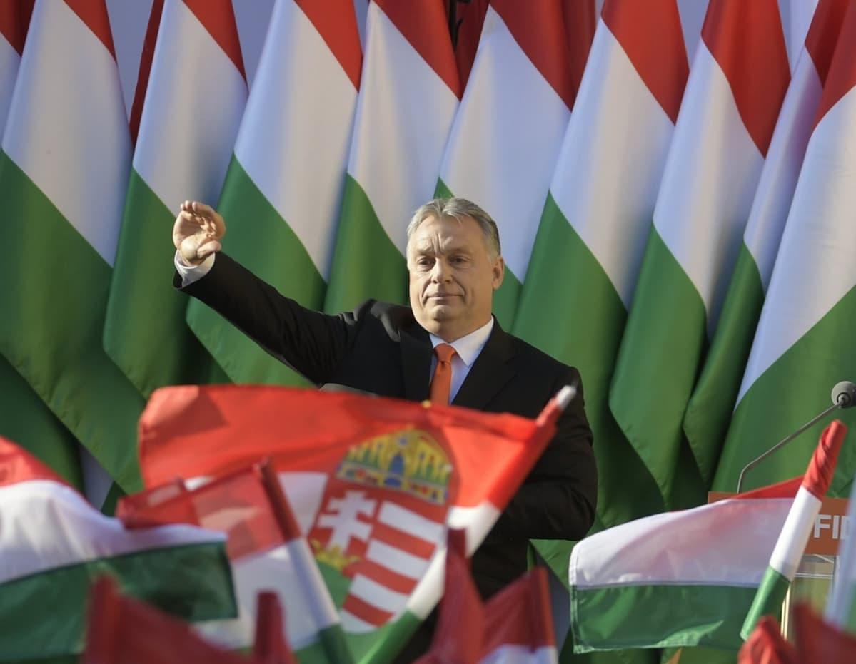 orban ja unkarin liput. Viktor Orbán vaalien alla. Hän haluaa tiivistää Unkarin yhteistyötä vanhoillisten Puolan ja Baijerin kanssa.