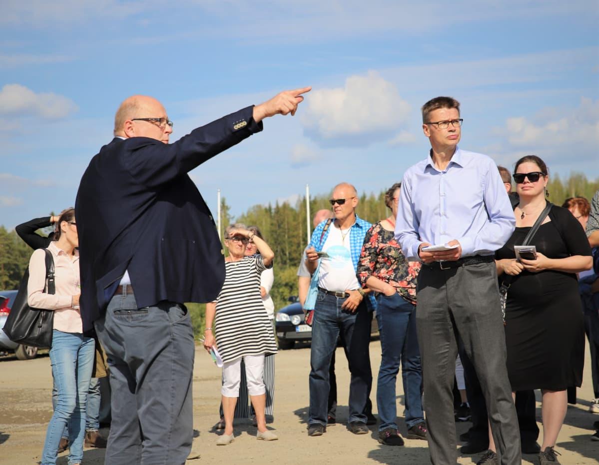 Finnpulpin projektijohtaja Timo Piilonen esitteli havusellutehtaalle suunniteltua paikkaa KHO:n puheenjohtaja ja presidentti Kari Kuusiniemelle. Katselmus pidettiin elokuussa.