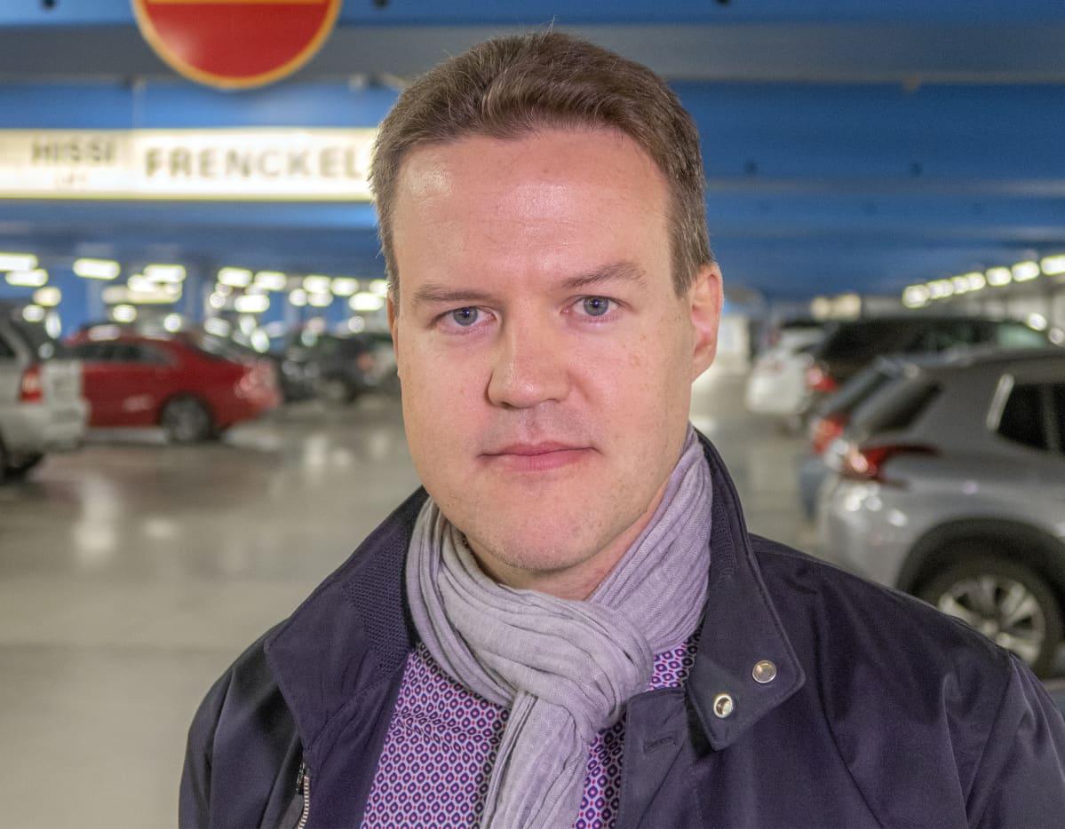 Finnparkin operatiivinen johtaja Tami Koivuniemi lähikuvassa.