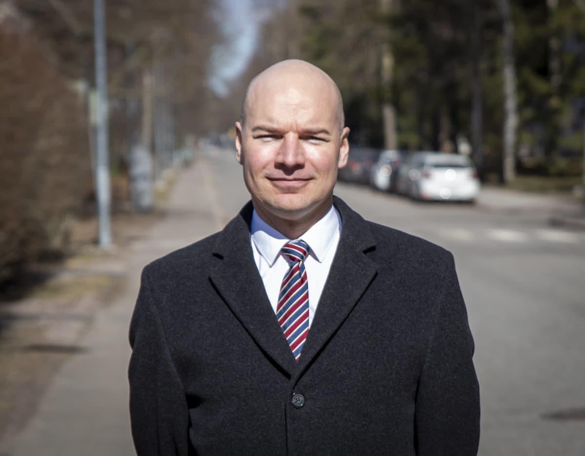 Danske Bankin senioristrategi Tuukka Kemppainen kotikadullaan Lauttasaaressa.