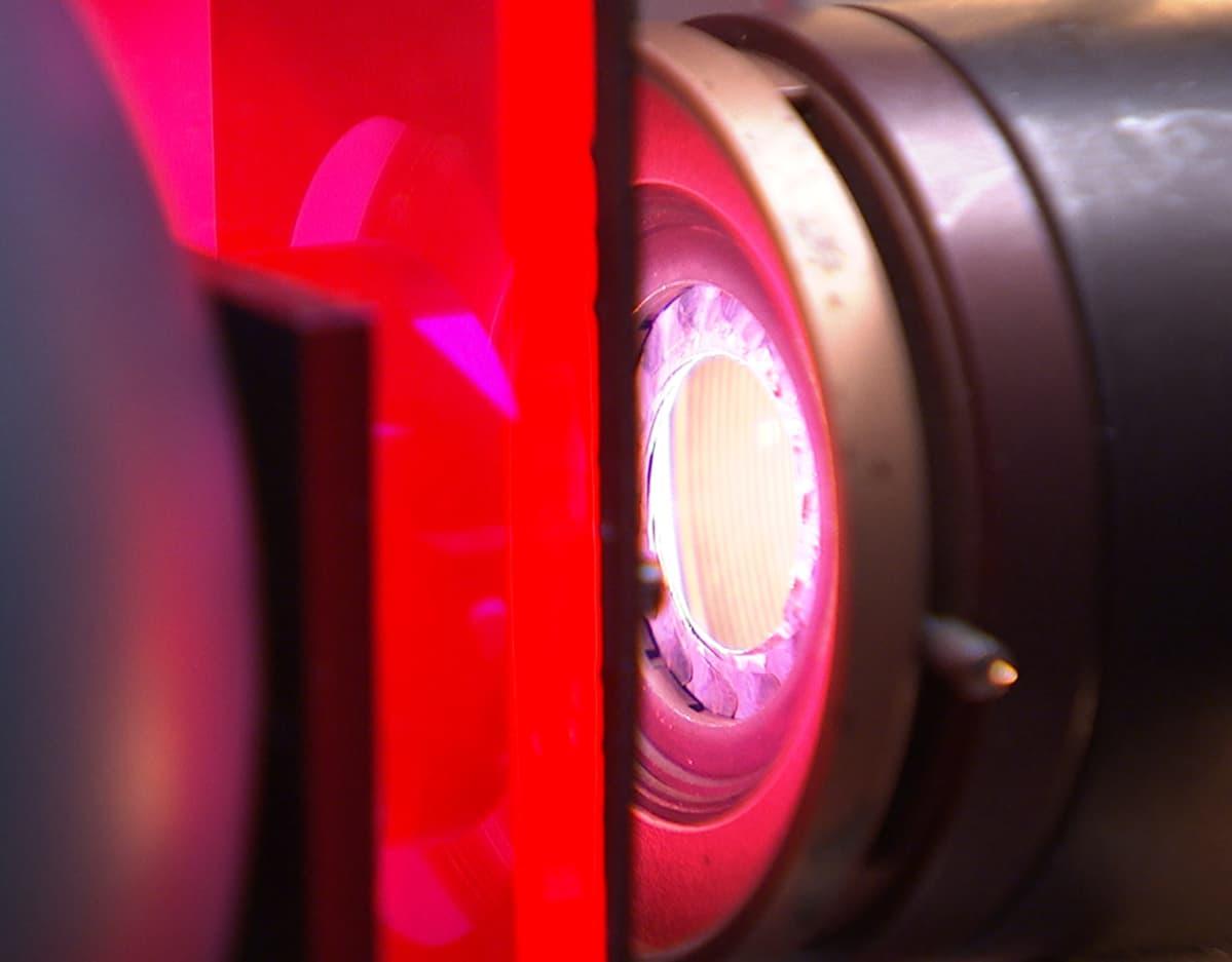 Optisessa laboratoriossa tutkitaan auringonvalon vaikutusta erilaisten materiaalien ominaisuuksiin.
