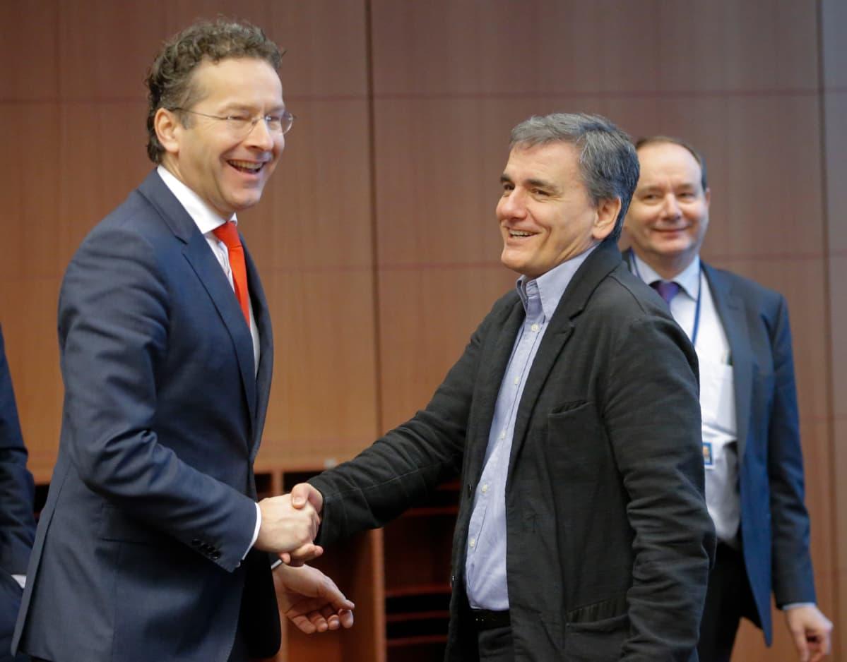 Kreikan valtiovarainministeri Eukleidis Tsakalotos ja euroryhmän puheenjohtaja Jeroen Dijsselbloem kättelivät Brysselissä 5. joulukuuta.