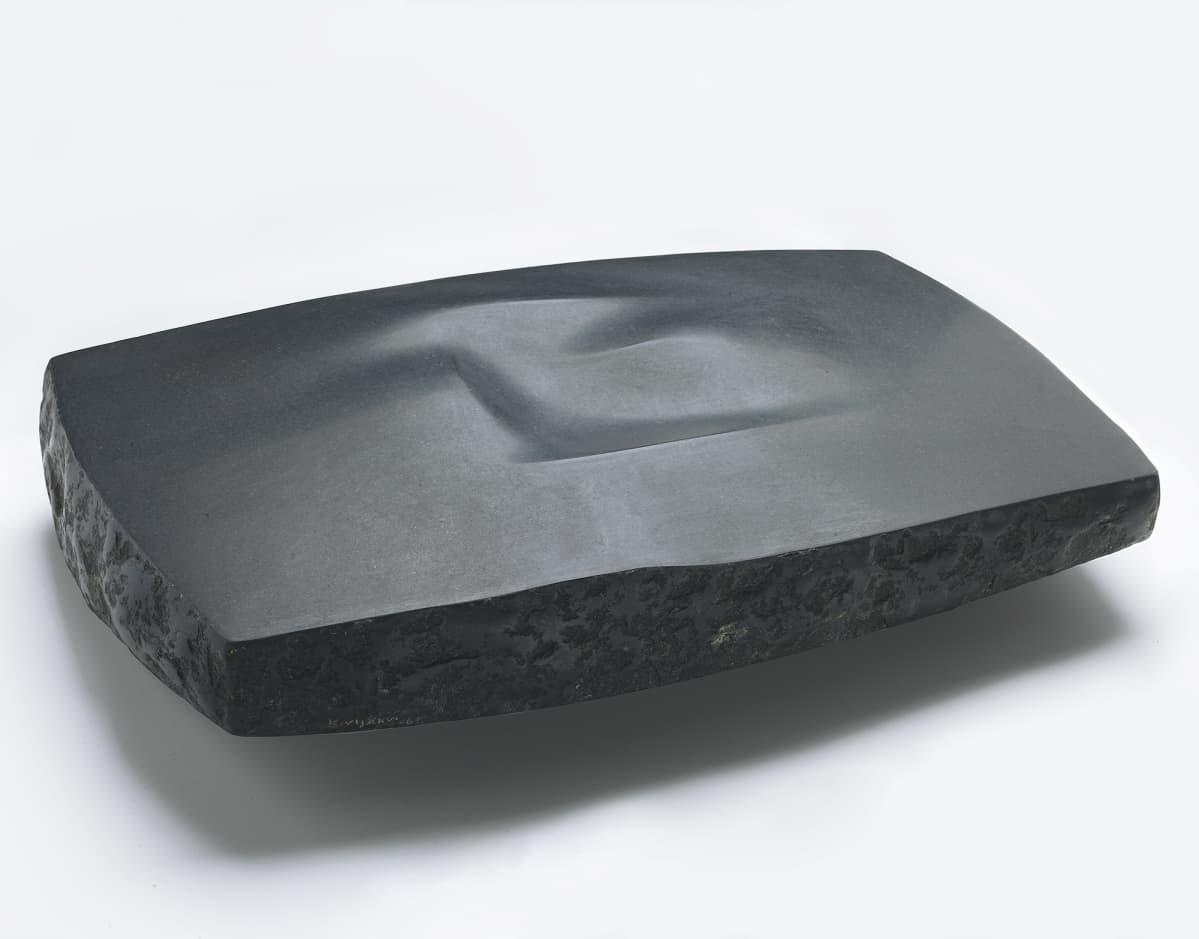Harry Kivijärvi, Andreaksen kivi, 1963, musta graniitti, Moderna Museet Tukholma.