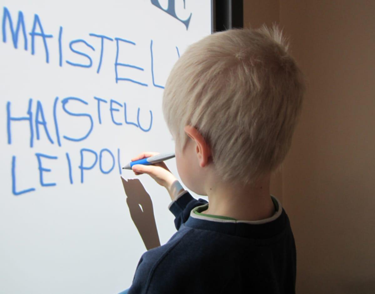 Itäharjun päivähoitoyksikön esikoulussa kirjoitetaan kosketustaululle