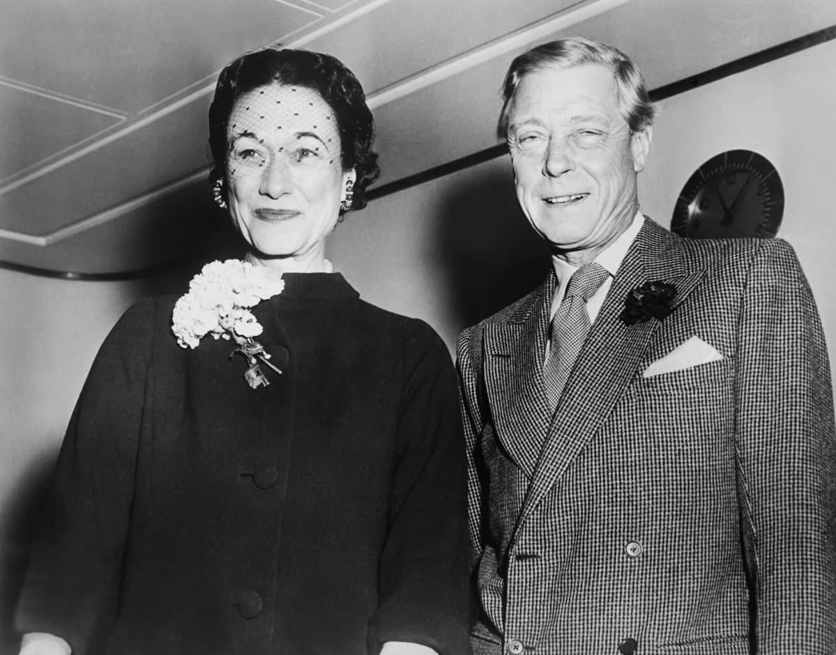 Wallis Simpson ja kruunustaan luopunut Edvard VIII mustavalkoisessa kuvassa.