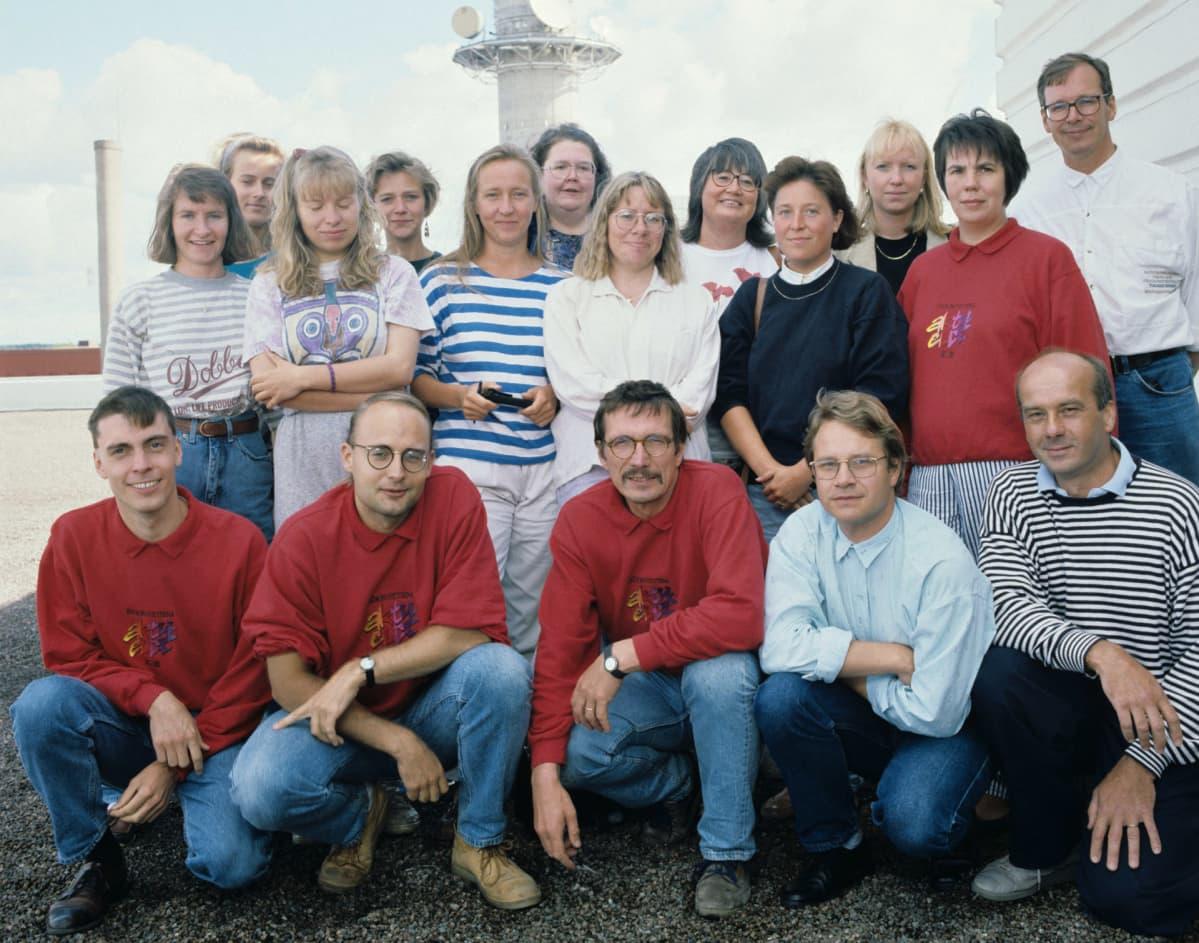 Ruotsinkielisten radiouutisten aktuelltin toimitus suurelta osalta ryhmäkuvassa vuonna 1991.