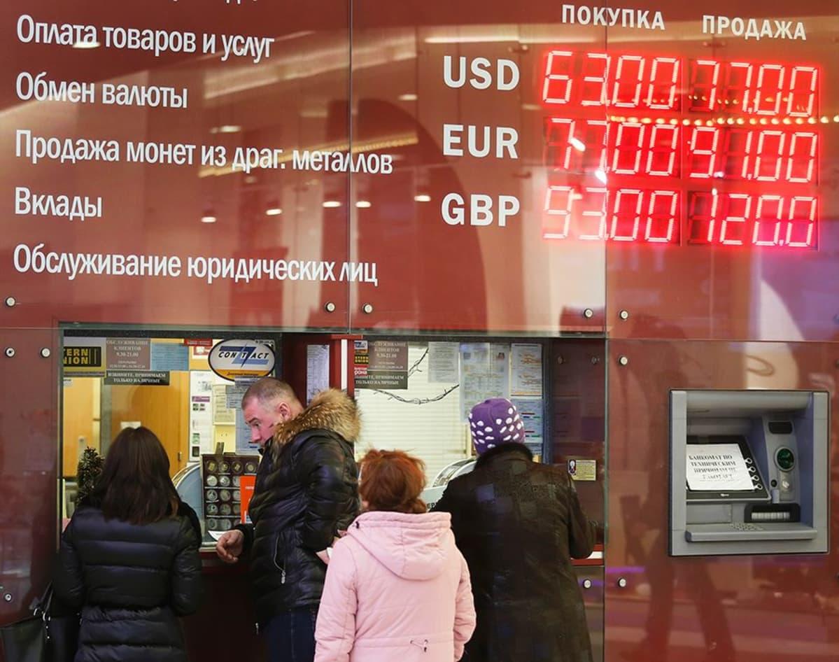 Asiakkaat jonottivat valuutanvaihtopisteen edessä.