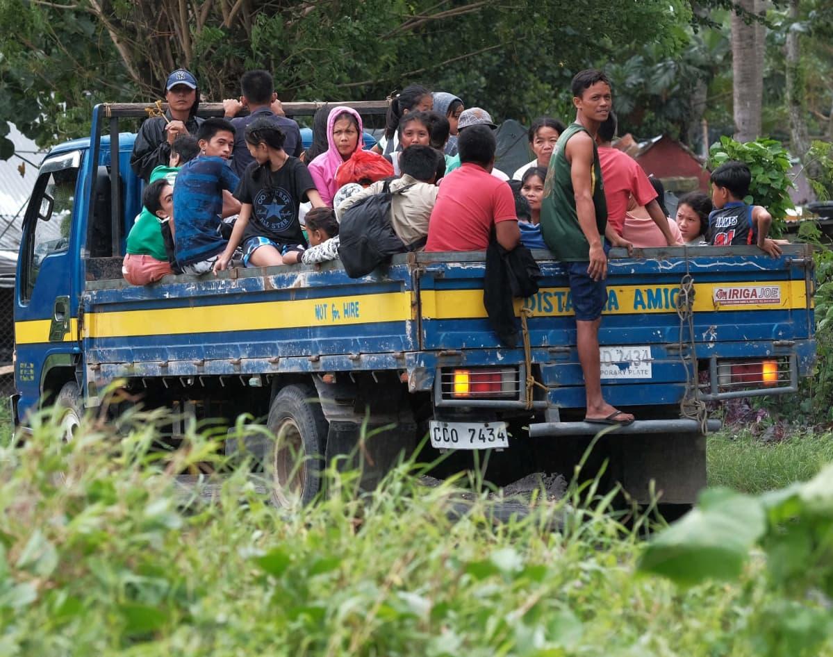 Lukuisia ihmisiä lähti evakkoon lähestyvän taifuunin tieltä Albayn provinssissa Luzonin pääsaaren eteläosissa.