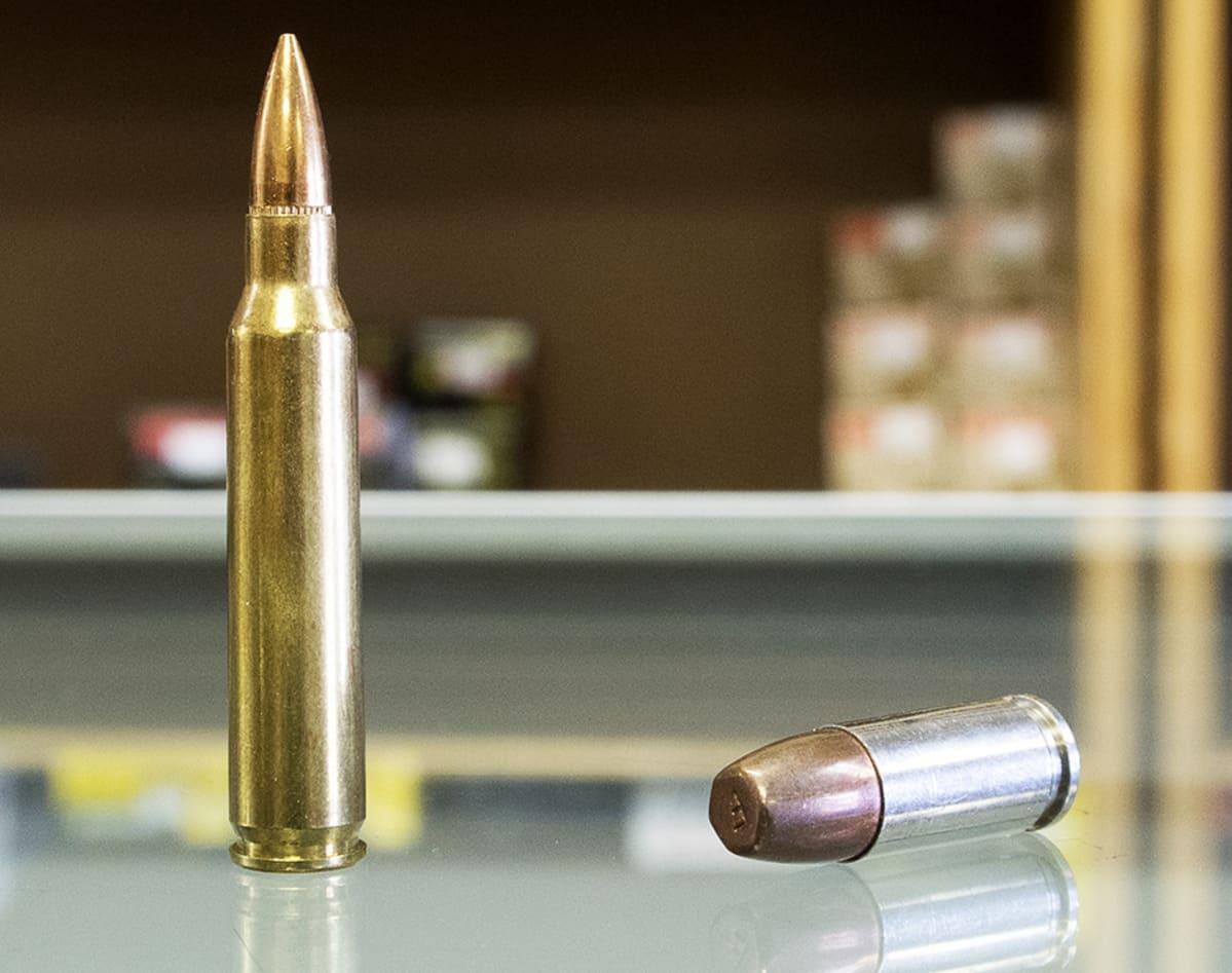 .223 kaliberin ja 9-millinen patruuna CJI Guns-aseliikkeen pöydällä Tuckerissa, Georgiassa.