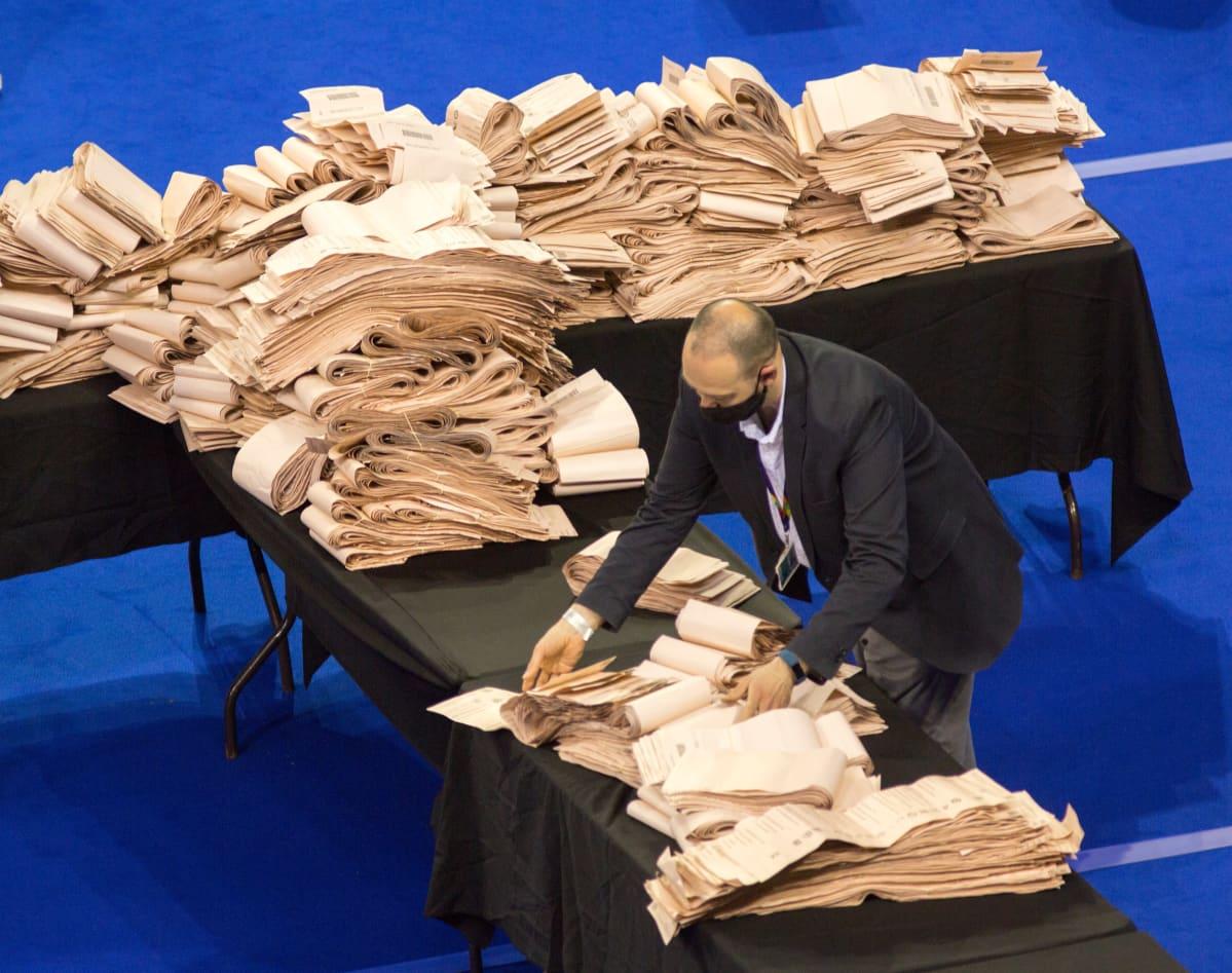 Vaalivirkailija laski ääniä Glasgow'ssa perjantaina.