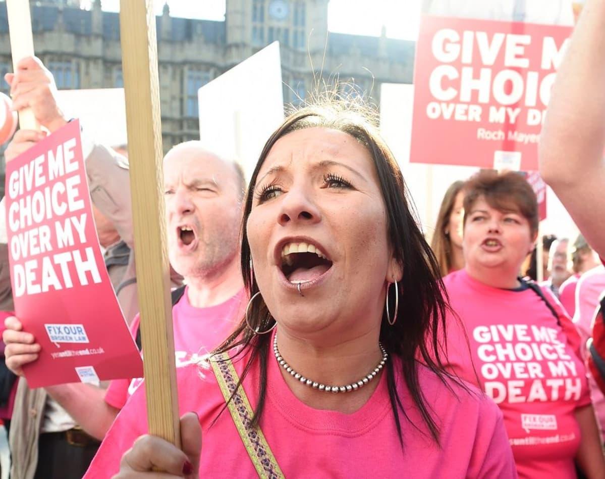 """""""Antakaa minulle oikeus kuolemaani"""" vaativat mielenosoittajienkyltit ja T-paitojen tekstit."""