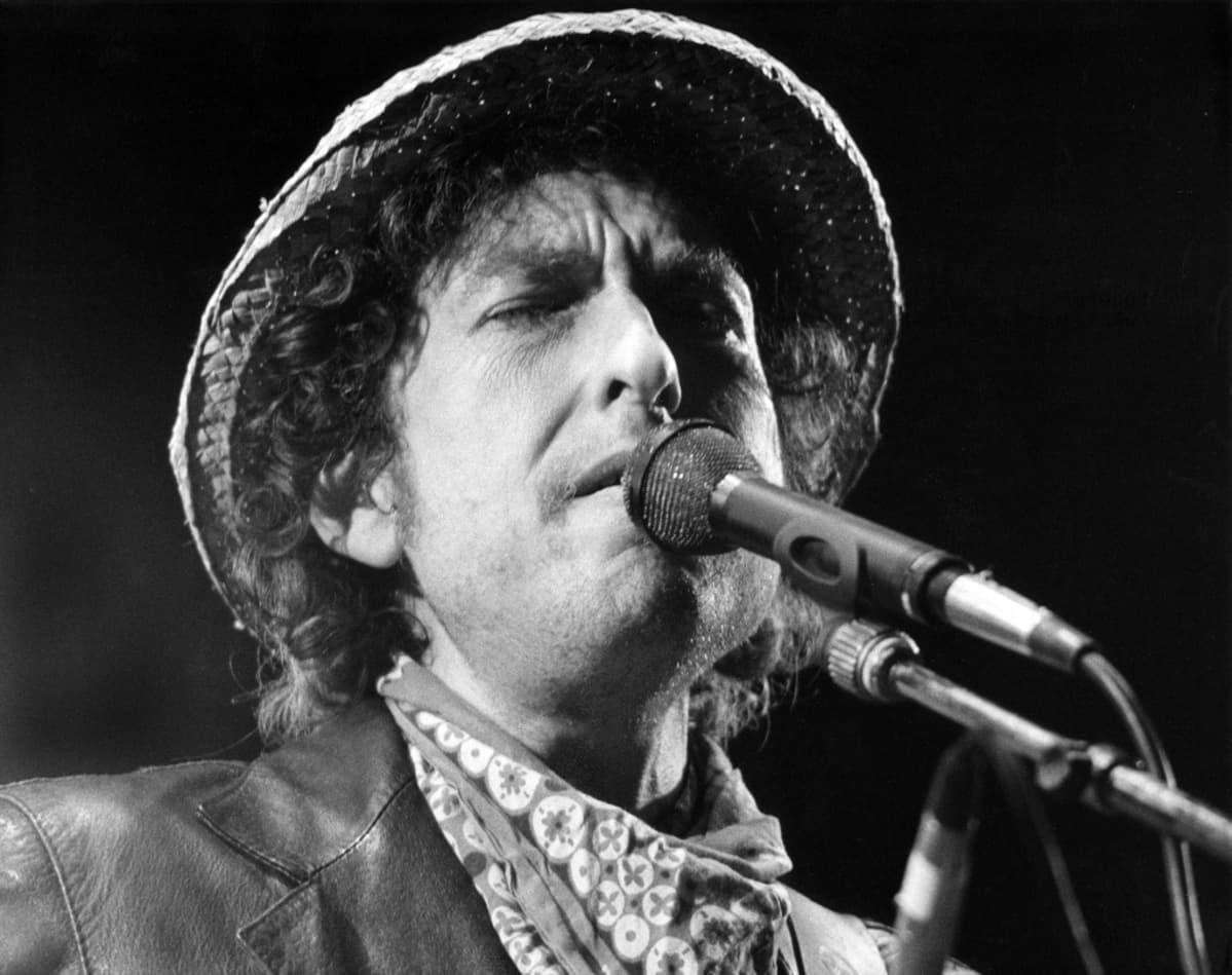 Bob Dylan olkihattu päässään.