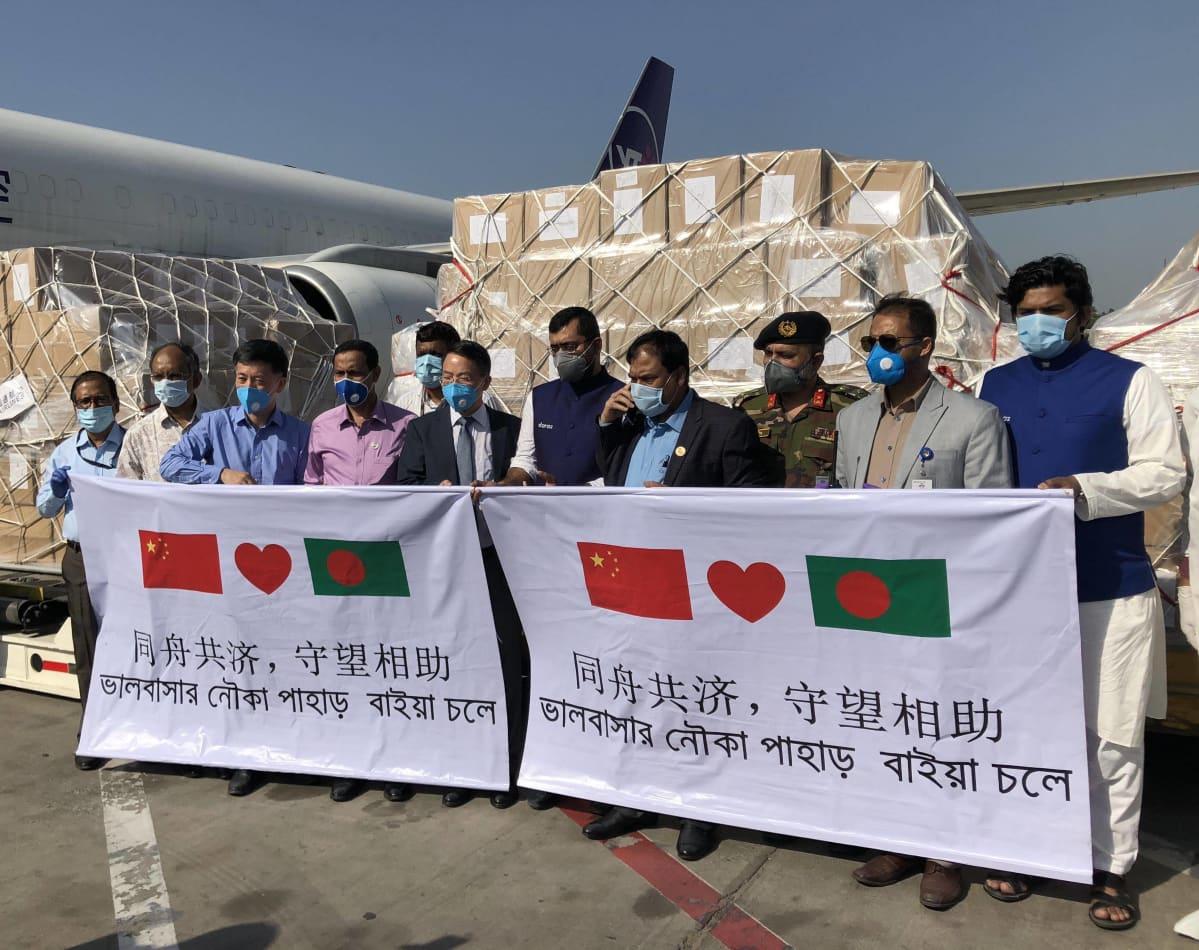 Jack Ma ja Alibaba -säätiöiden lahjoittamia tarvikkeita otettiin vastaan lämmöllä Hazrat Shahjalalin kansainvälisellä lentoasemalla Bangladeshin pääkaupungissa Dhakassa 30. maaliskuuta 2020.