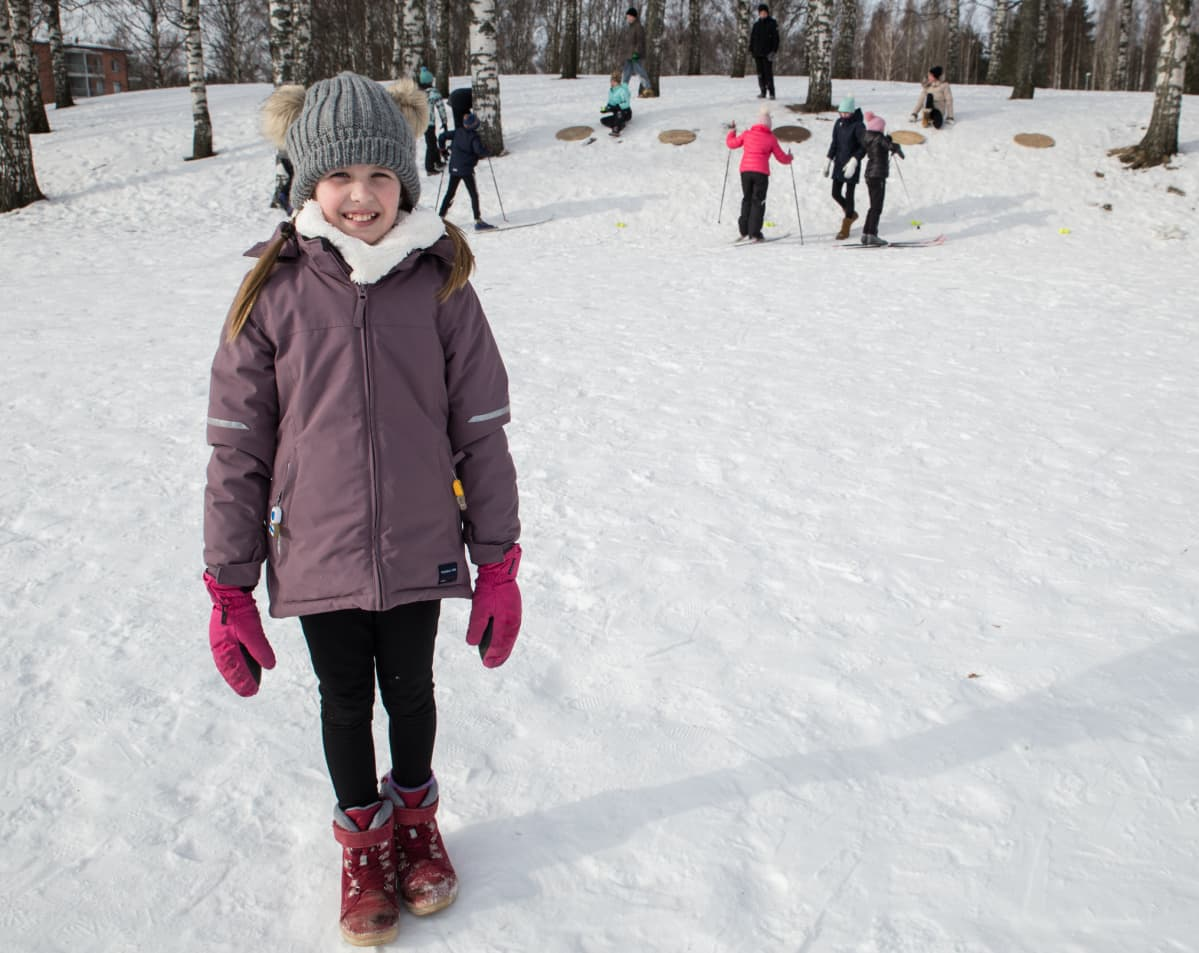 Lapsia hiihtämässä liikuntatunnilla.