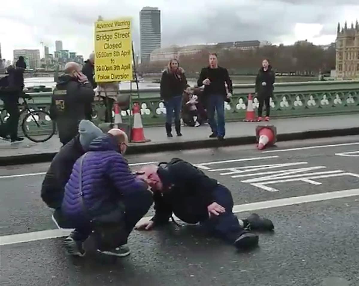 Radoslav Sikorskin ottamassa videossa näkyy miten ihmiset hoitavat loukkaantunutta Westminsterin sillalla lähellä parlamenttitaloa.