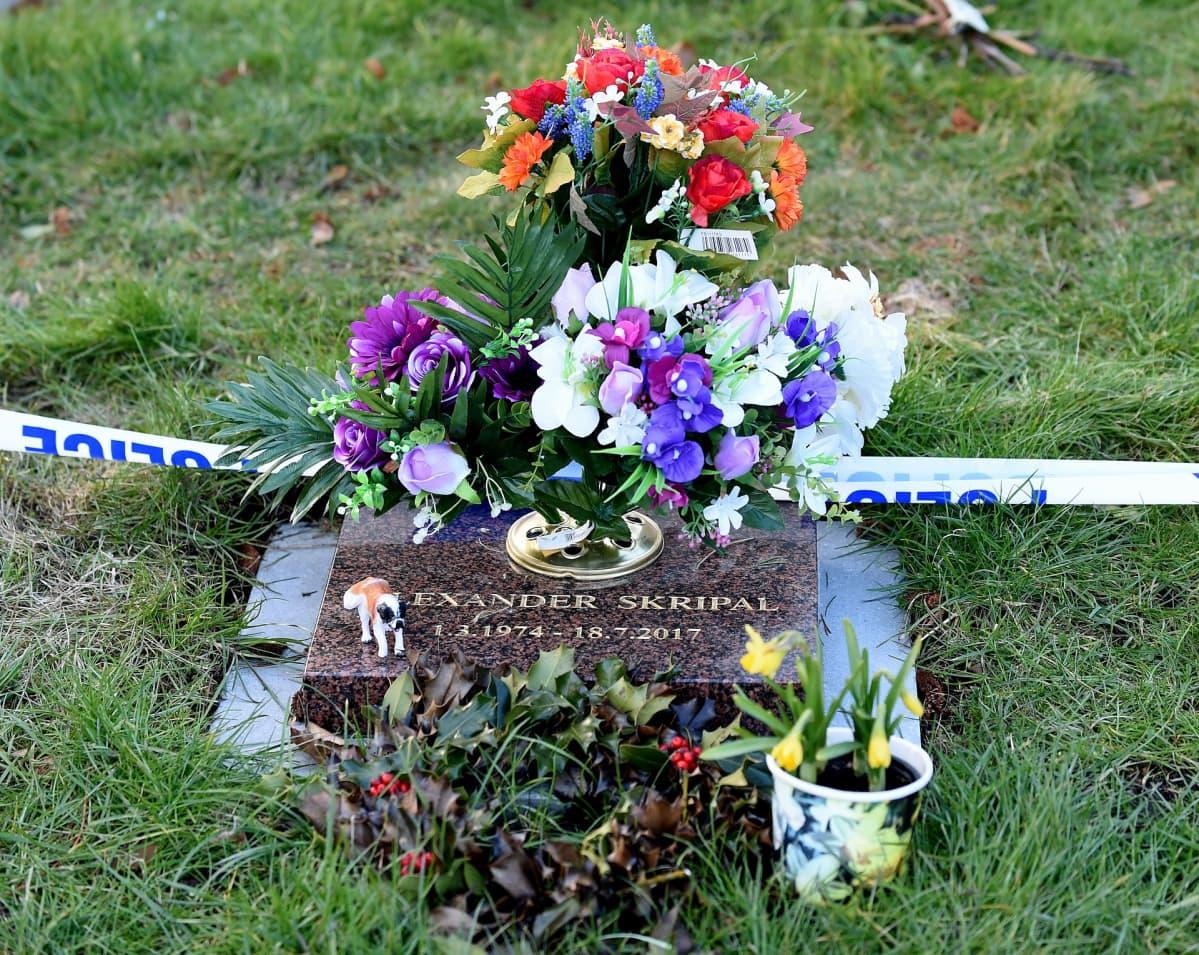 Poliisi on etsinyt jälkiä myrkystä myös Skripalin pojan haudalta.