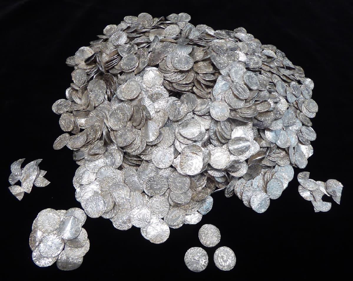 Yli 2 500 hopeakolikkoa kasassa