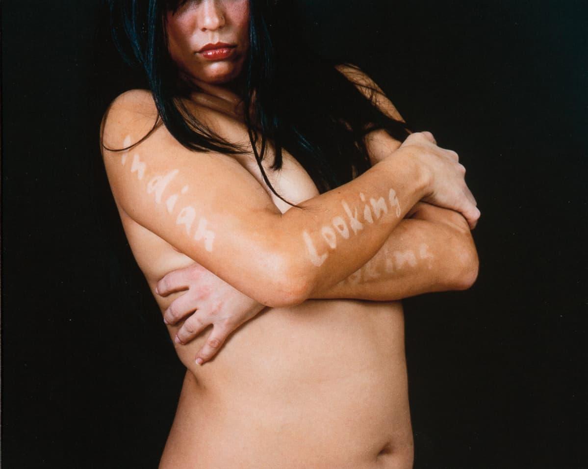 Erica Lord, Native Looking (2005). Käyttämällä yleisesti halventavana pidettäviä sanontoja teoksissaan Lord otta ne haltuunsa.