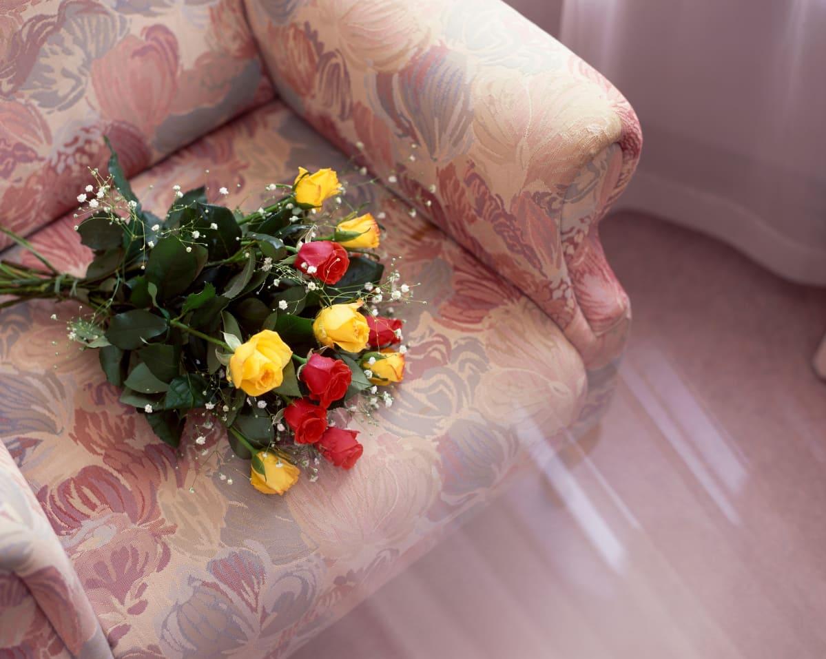 Kukkia nojatuolilla.