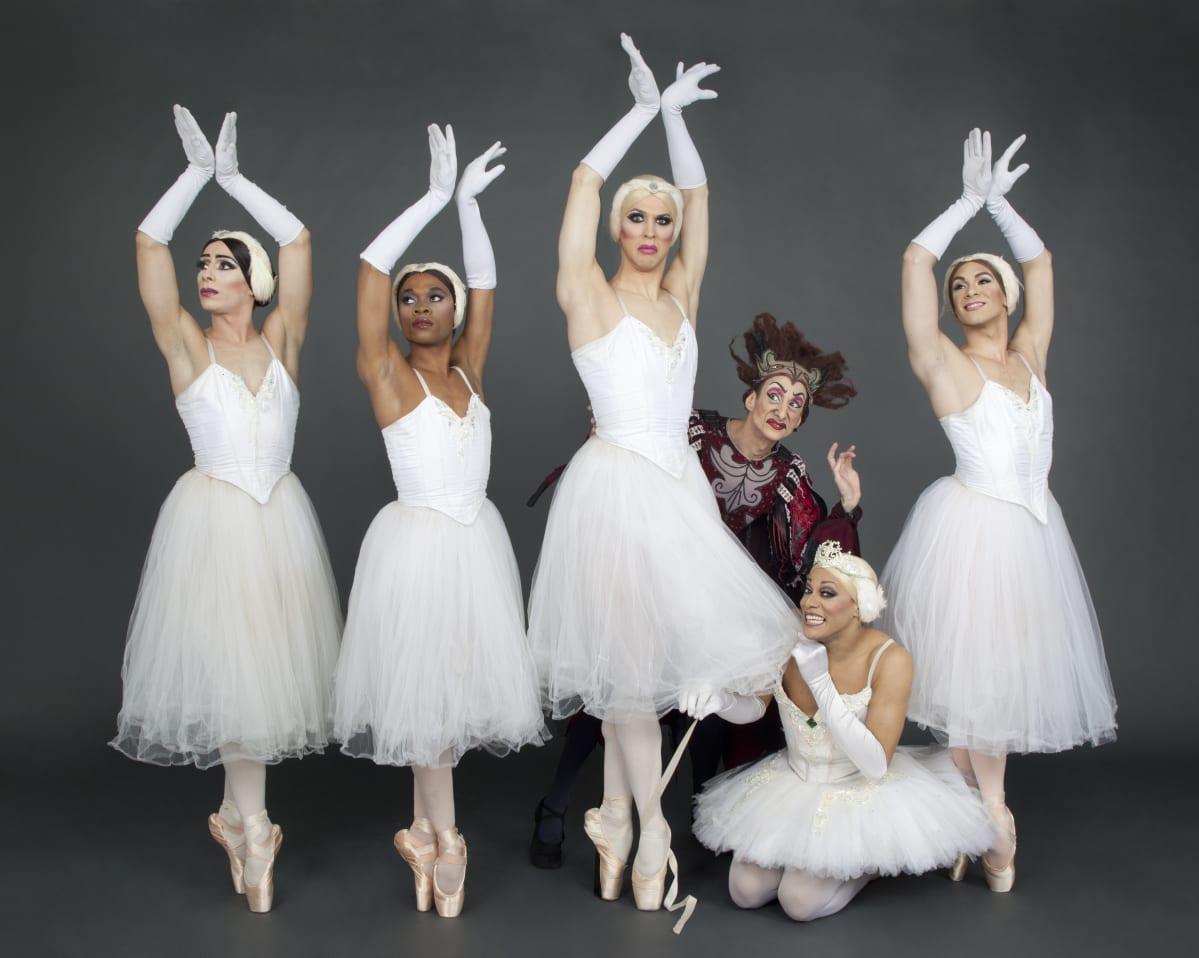 Les Ballets Trockadero de Monte Carlon esiintyjiä baletista Joutsenlampi.