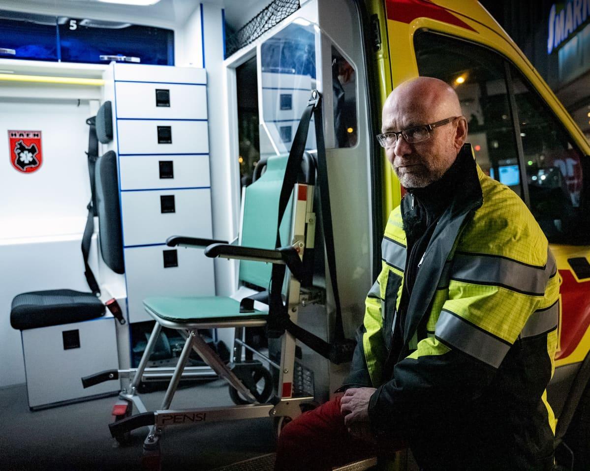 Olli-Pekka Nakari ja ambulanssi, sivuovi auki