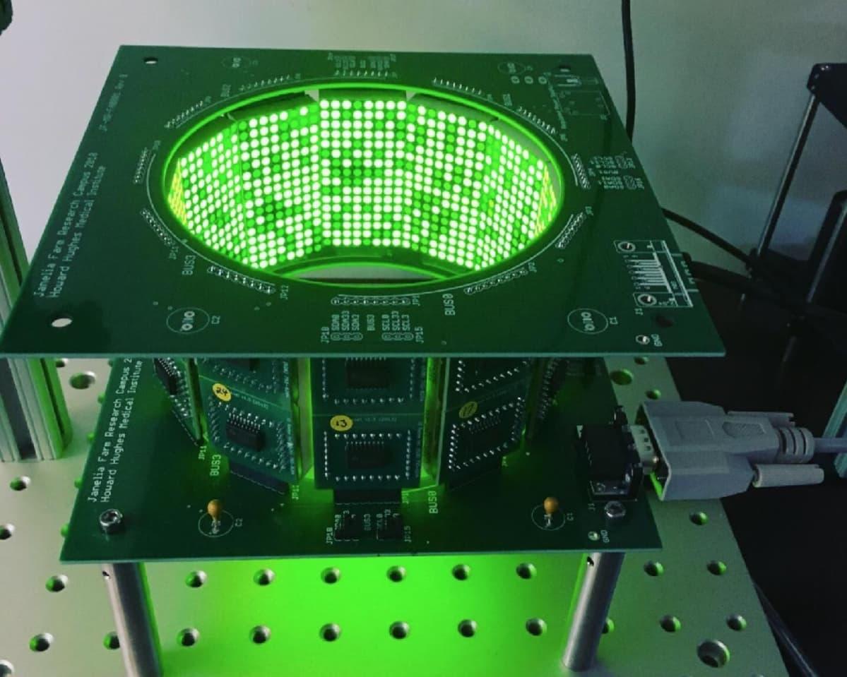Vihreällä ledvalolla valaistu lieriömäinen laite.