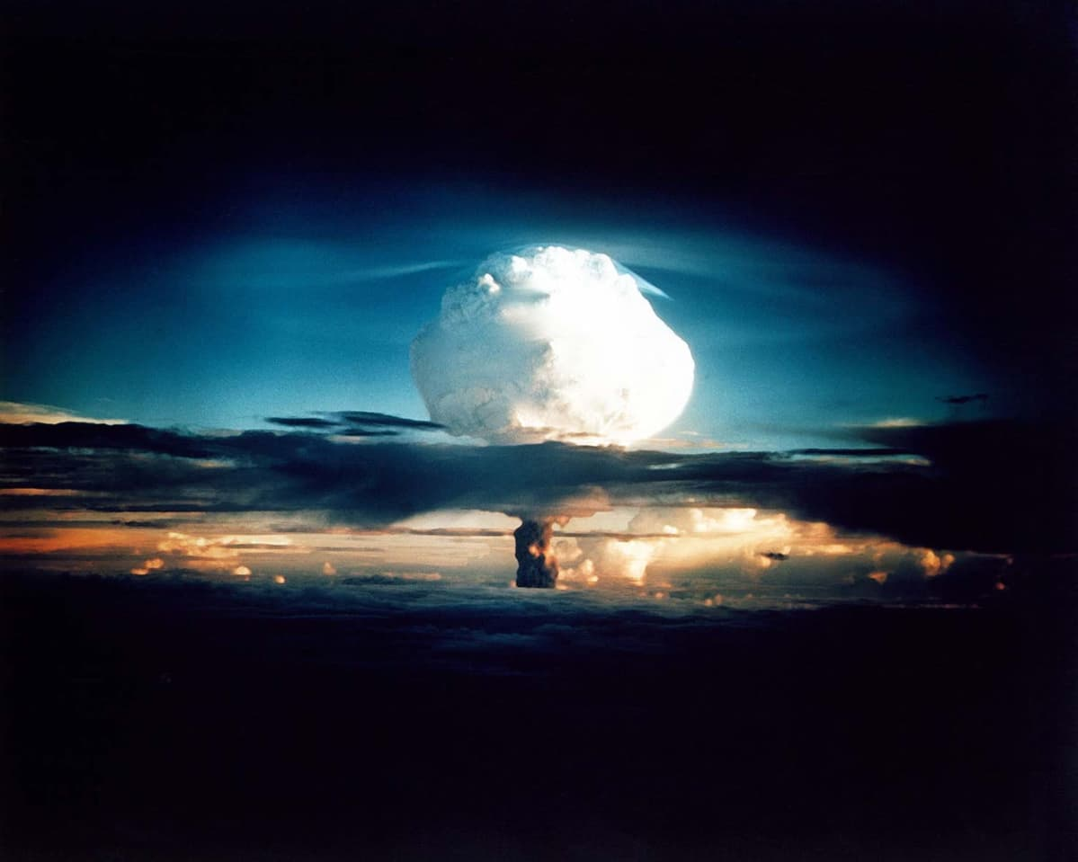 Ensimmäinen vetypommiräjähdys Enewetakin saarella.