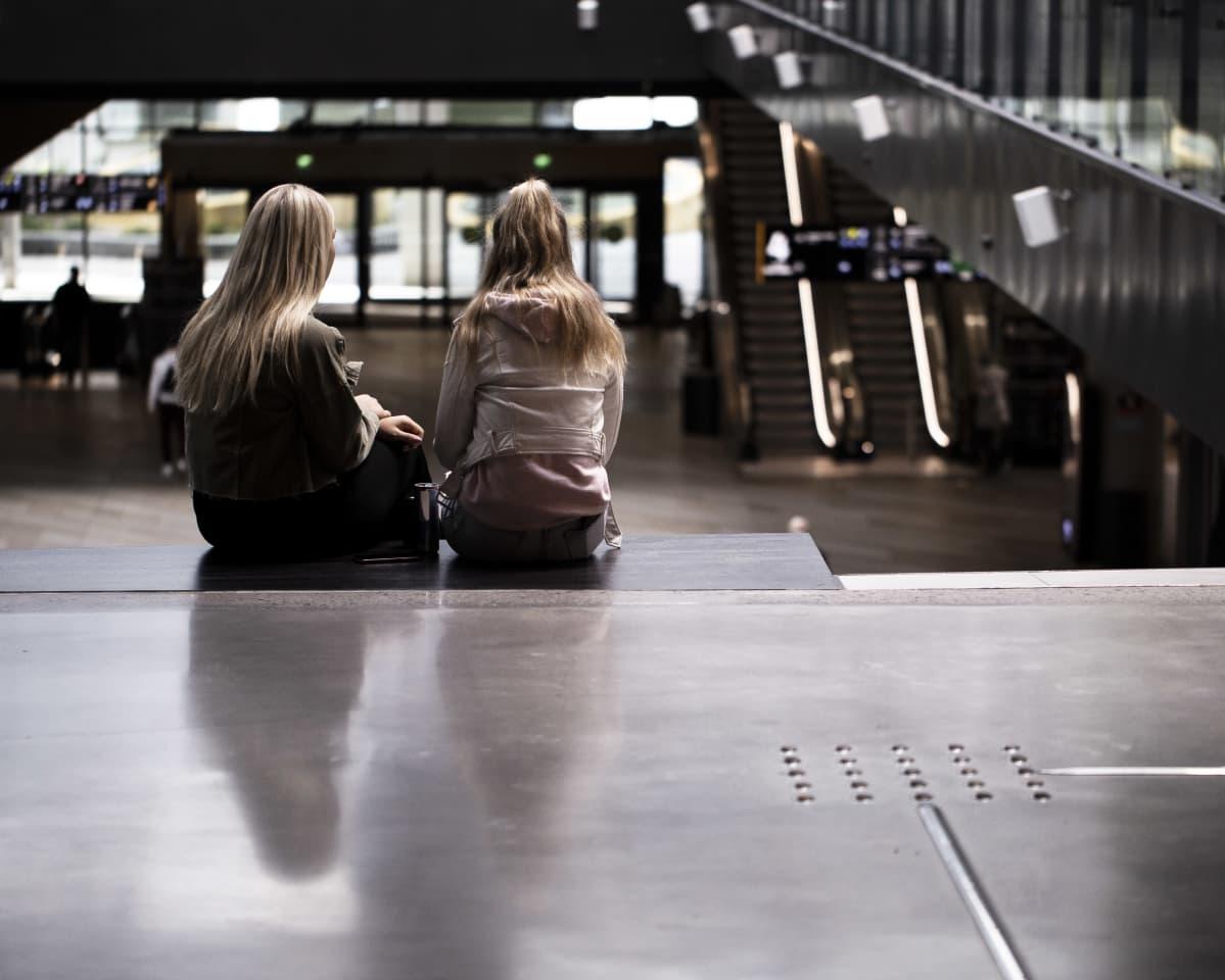 Nuoria tyttöjä kauppakeskus Triplassa.