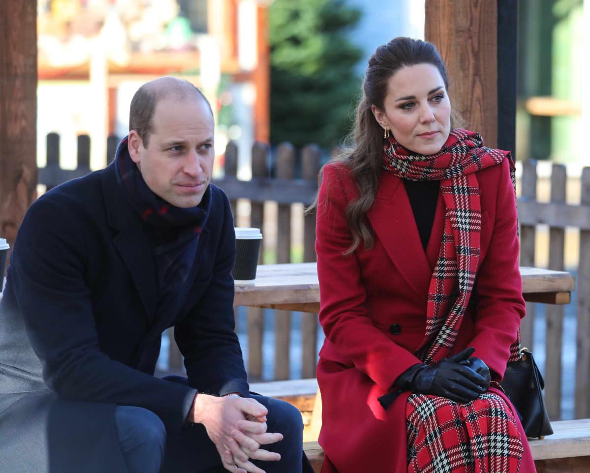 Prinssi William ja herttuatar Catherine istuvat penkillä ulkona.