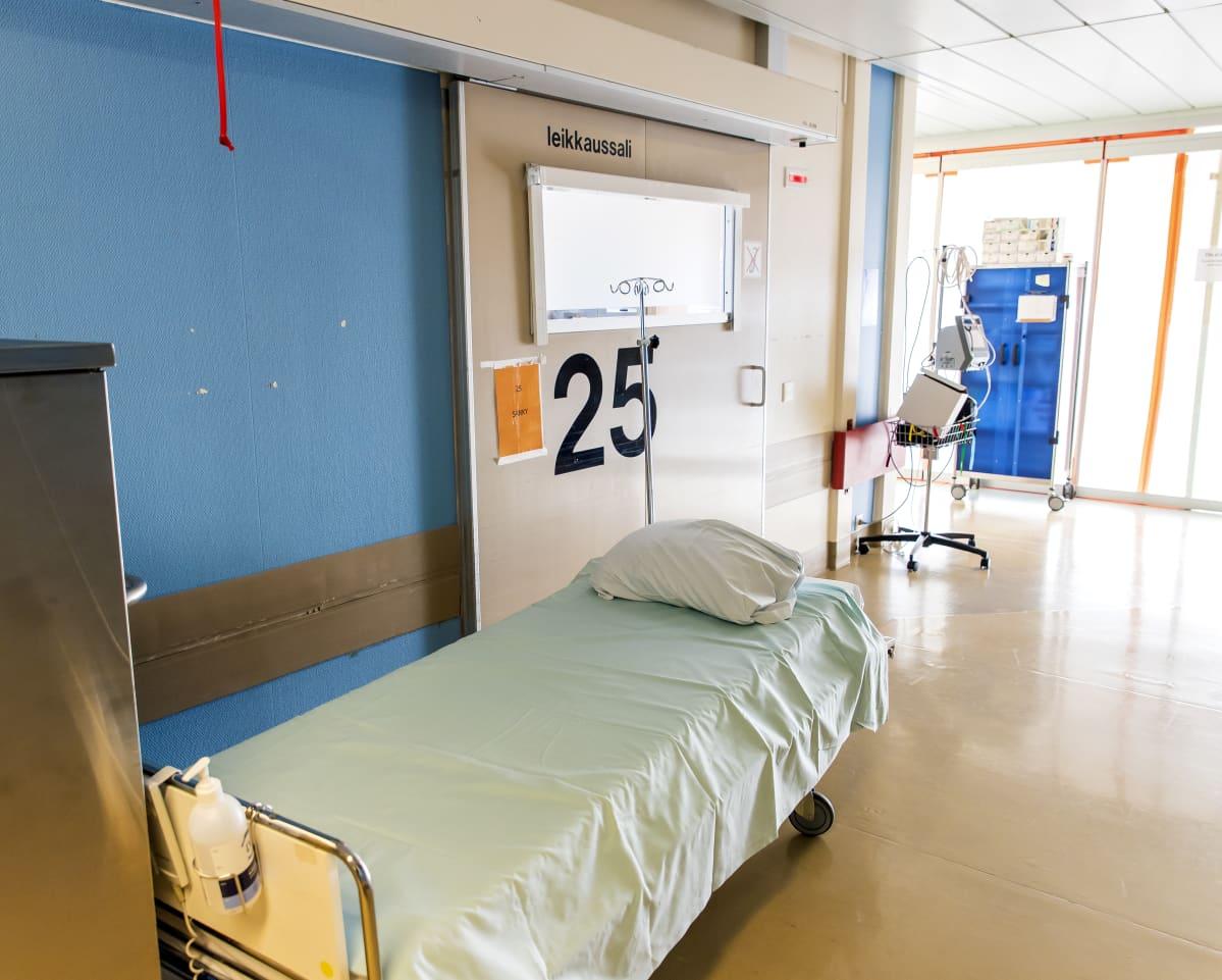 Leikkausalin ovi ja sairaalasänky.