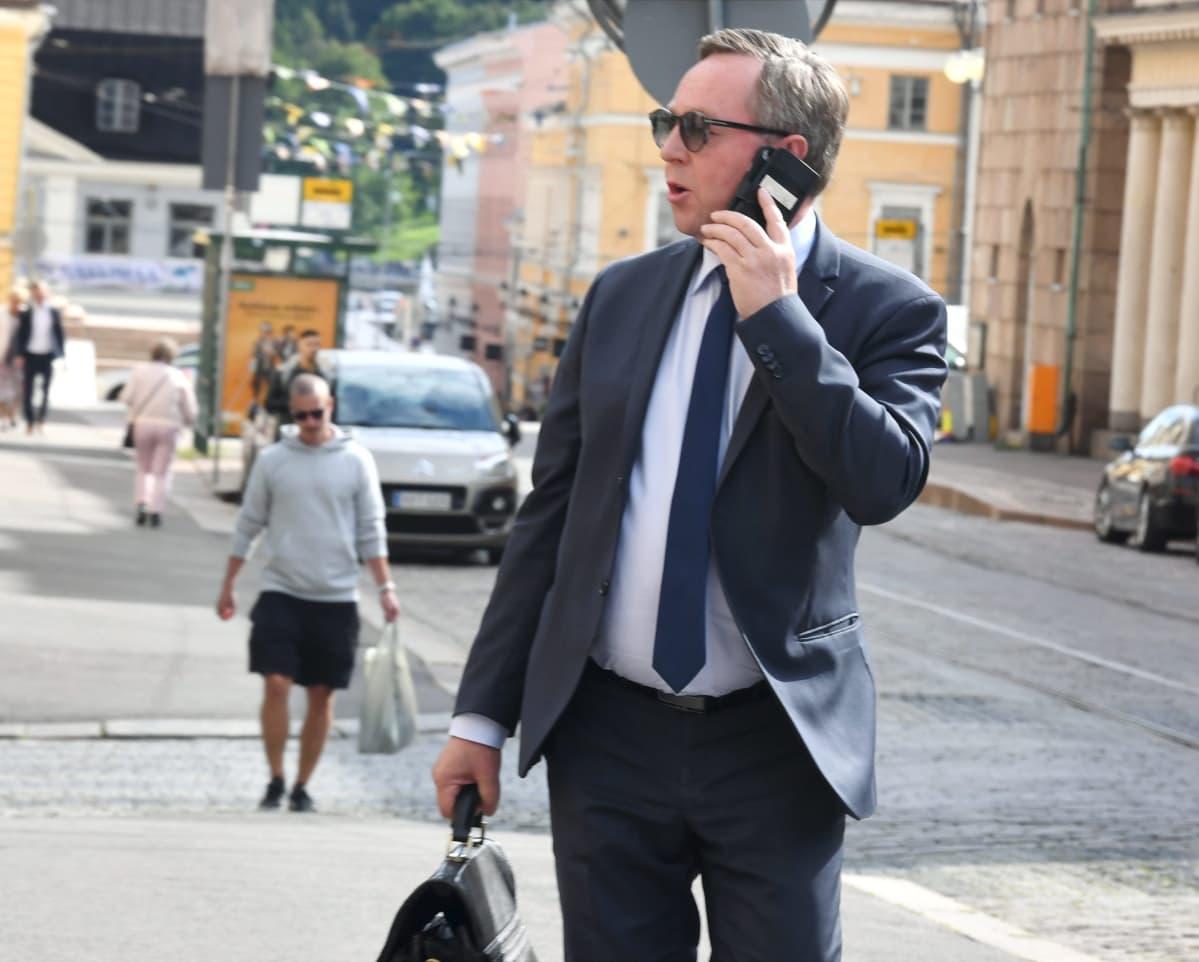 Elinkeinoministeri Mika Lintilä saapui hallituksen iltakouluun ja neuvotteluihin Säätytaloon Helsingissä 12. elokuuta 2020.