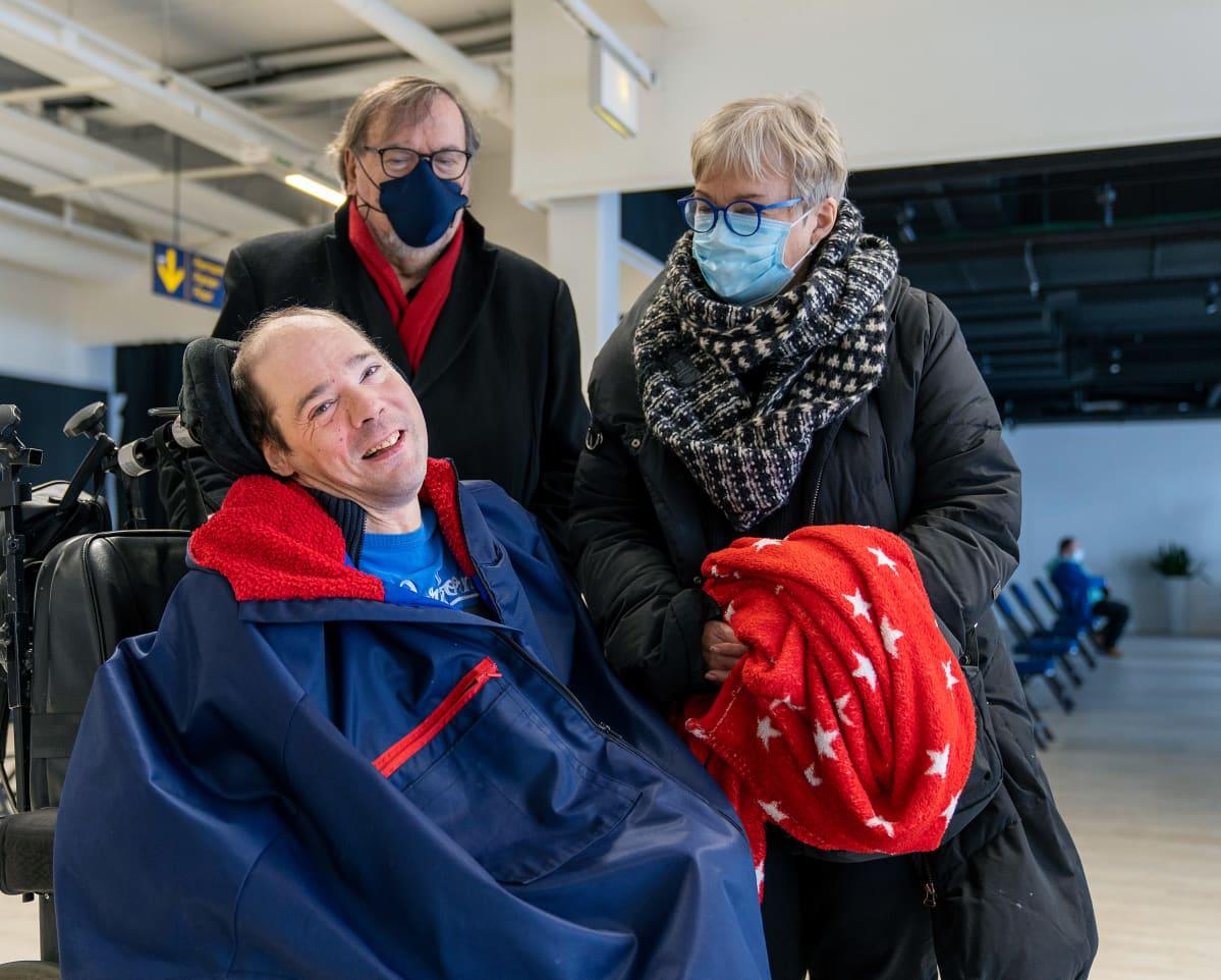 Kim Kuosma pyörätuolissa, vierellä Tapio Kuosma ja Christina af Hällström