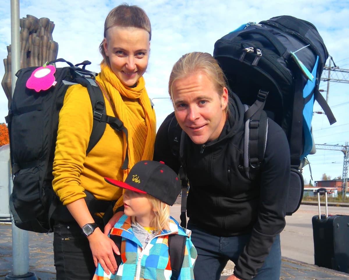 Eerika Arposalo ja Samuli Luhtala pakkasivat syksyllä 2016  kotinsa varastoon ja lähtivät poikansa Myrksyn kanssa kohti Balia.