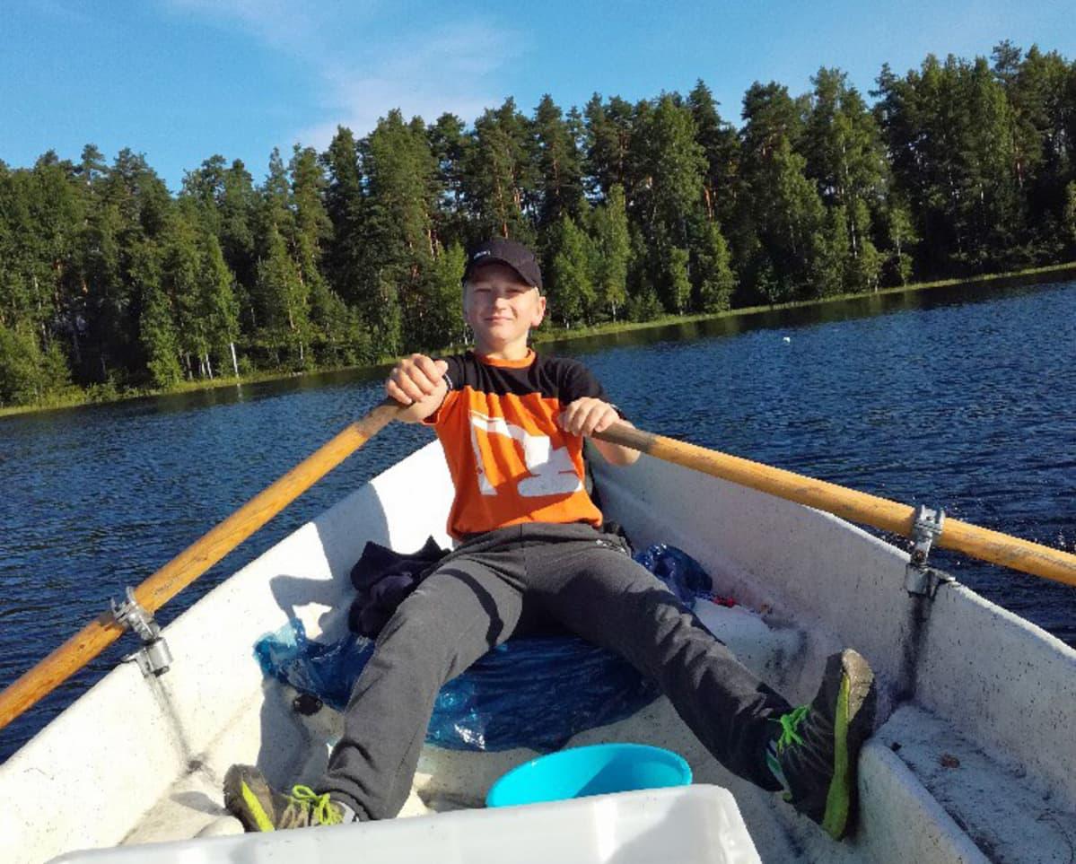Timo Purho soutaa venettä