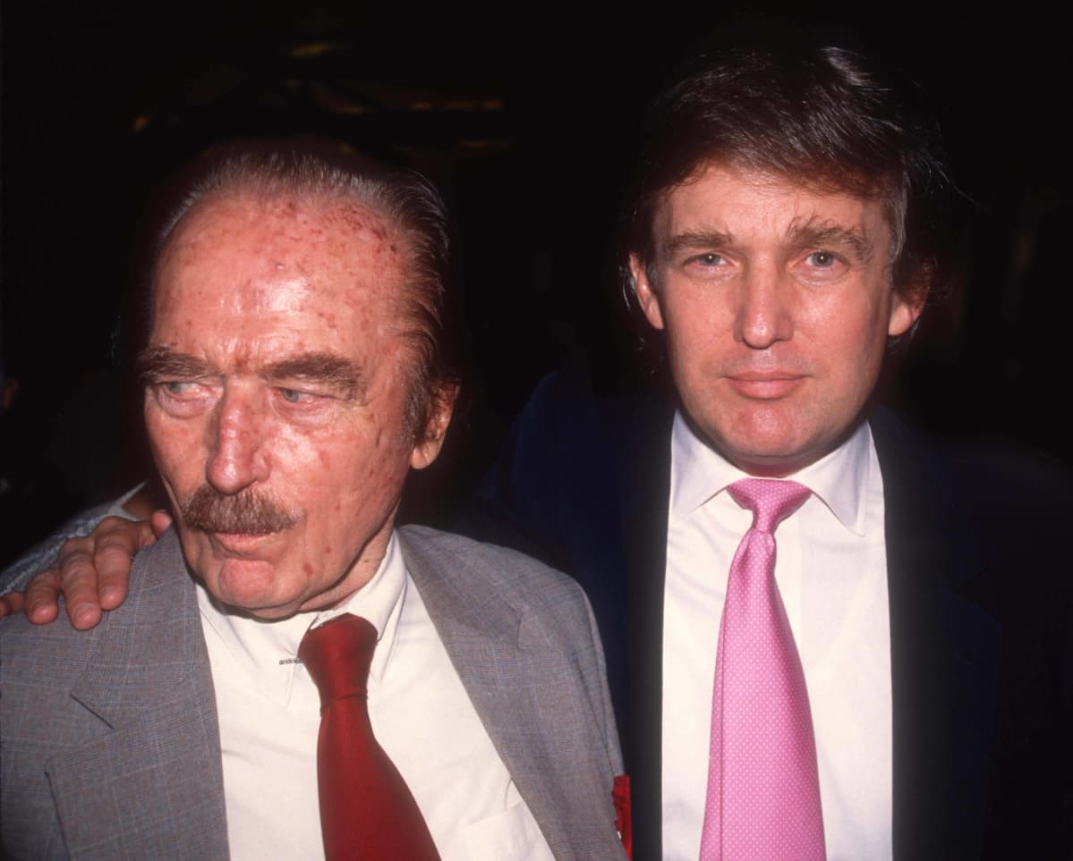 Fred Trump ja hänen poikansa Donald Trump lähikuvassa. Donaldin käsi on isänsä harteilla.