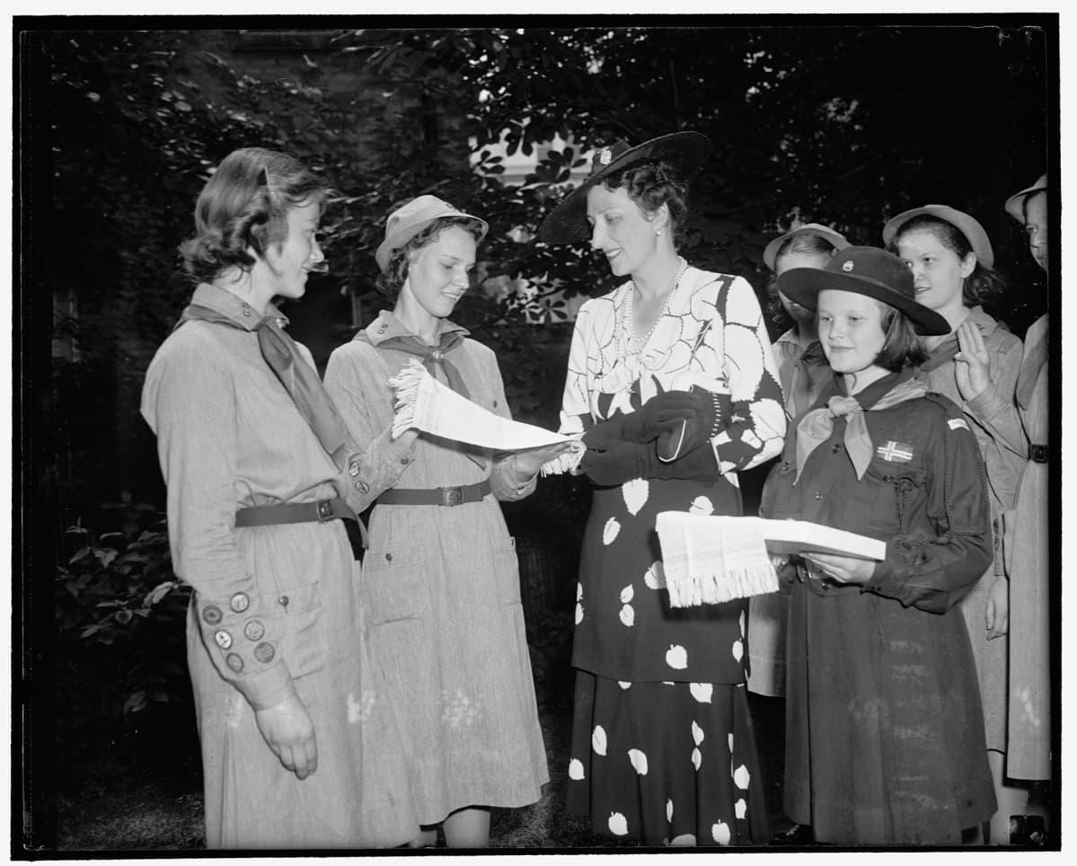 Partiolaiset esittelevät pyyhkeitä prinsessa Mäarthalle Washingtoniss kesäkuussa 1939.