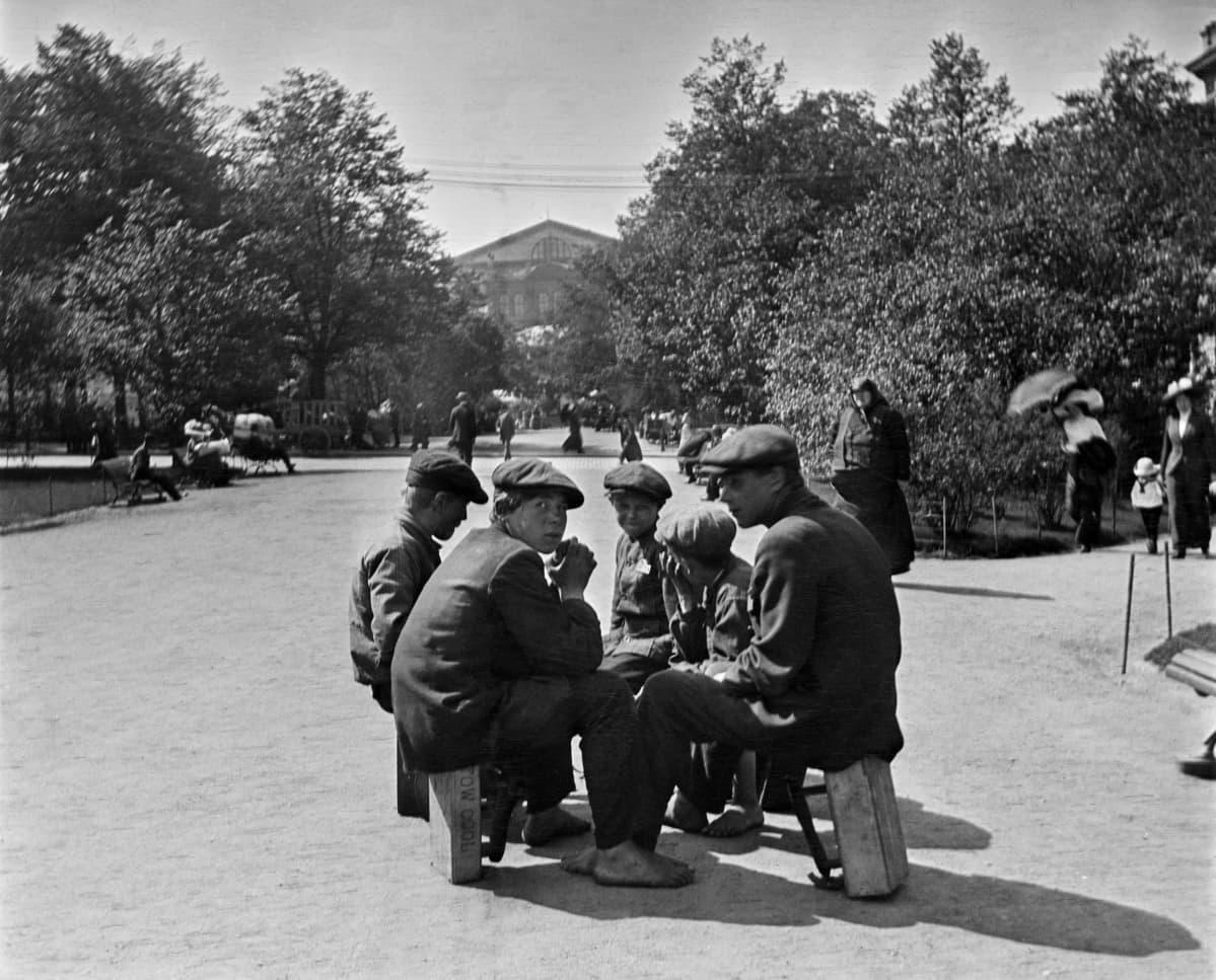 Kengänkiillottajapoikia Runebergin esplanadilla