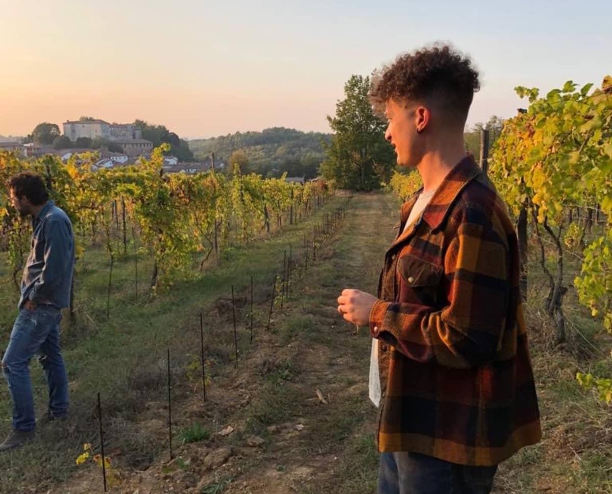 Viinin maahantuoja Toni Feri seisoo viinitilalla.