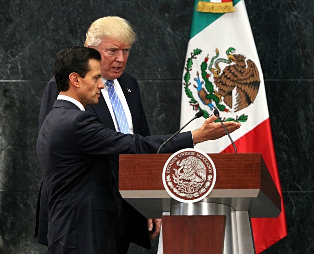 Meksikon presidentti Enrique Pena Nieto (L) ja Yhdysvaltain republikaanien presidenttiehdokas Donald Trump tapasivat Mexico Cityssä, Meksikossa 31. elokuuta 2016. EPA / JORGE NUNEZ