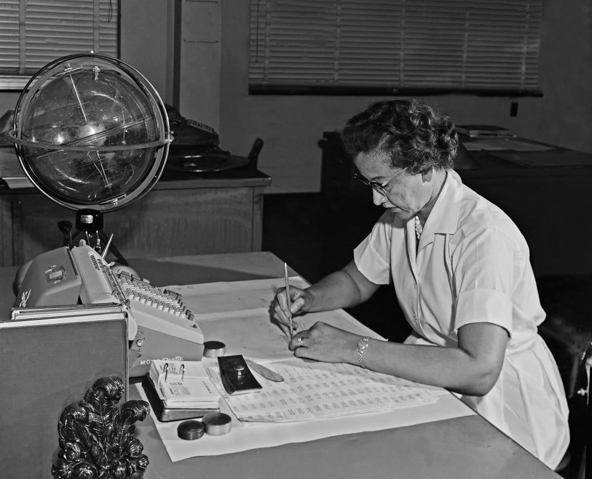 Katherine Johnson työpöytänsä ääressä Nasan tutkimuslaitoksessa.