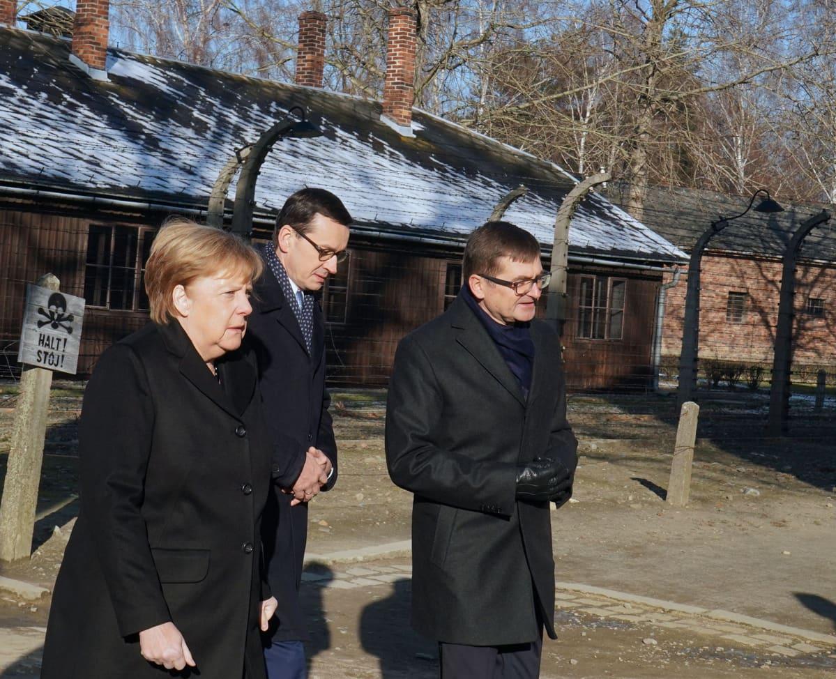 Angela Merkel vierailulla Auschwitz-Birkenaussa Puolassa 6. joulukuuta.